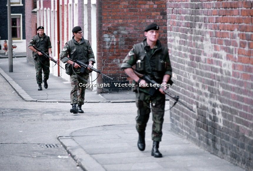 Soldiers-on-patrol-Belfast-197109000431p