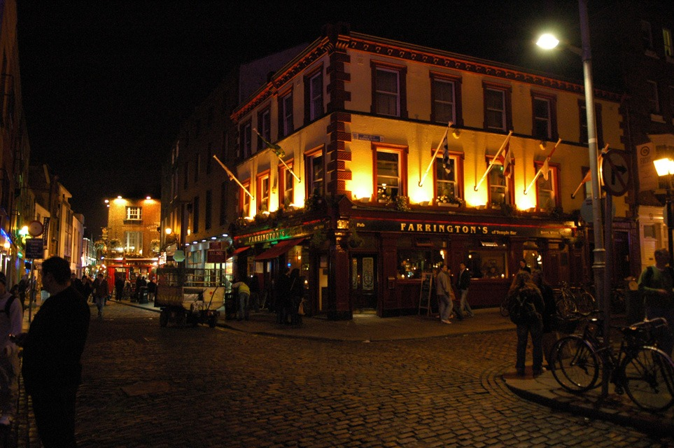 DUB Dublin - Farringtons Pub on Temple Bar by night 3008x2000