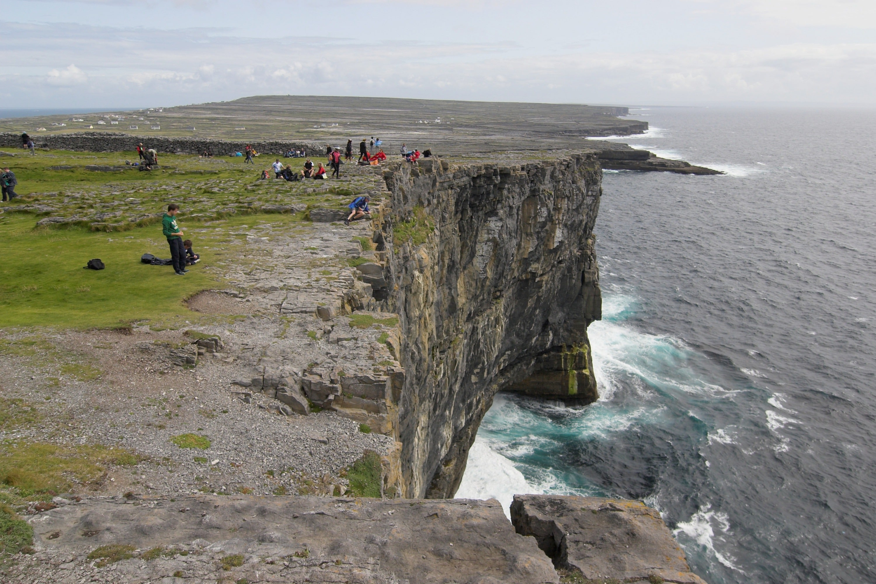 Inishmore_cliffs_at_Dun_Aengus