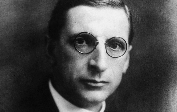 De Valera's wife reverted back to her Irish name Sinéad.