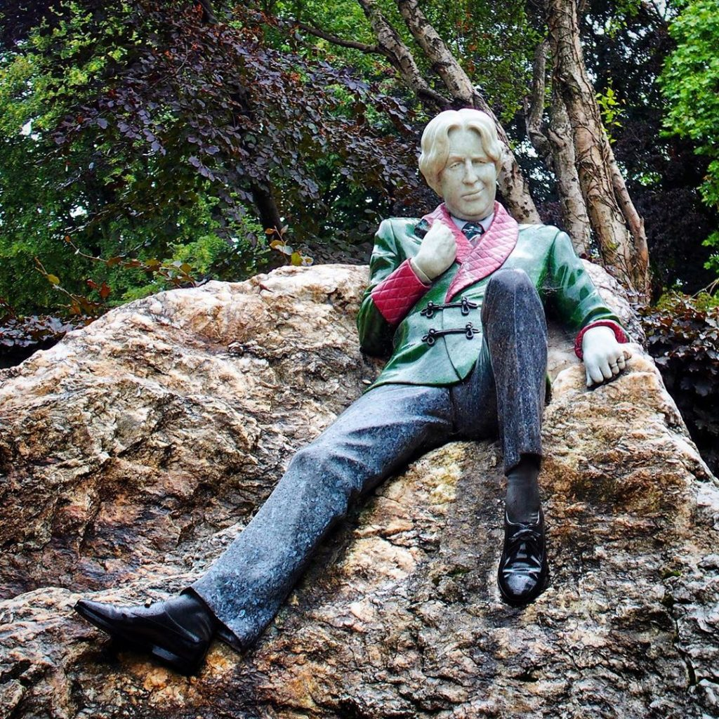 The Oscar Wild statute in Merrion Square depicts Wilde in an unusual stance