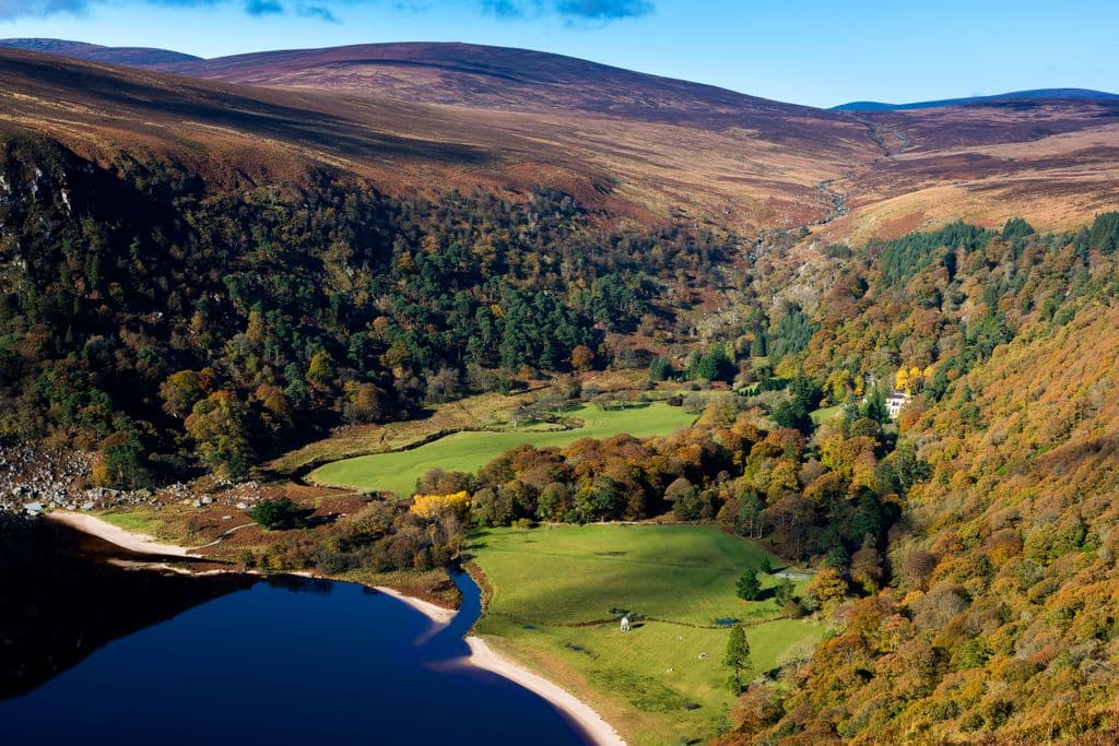 Another of the top day trips from Dublin is the Wicklow Mountains, a place full of ruins and beautiful lakes.